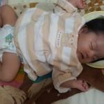 新生児の赤ちゃんにミルクを飲ませたいけど起きない・・起こすべき?