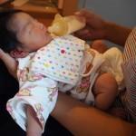 【新生児】赤ちゃんの吐き戻したものが黄色いときは危険?透明は?