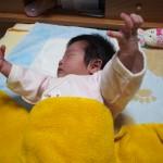 【新生児も】赤ちゃんが激しいモロー反射で起きて泣く・・対策は?